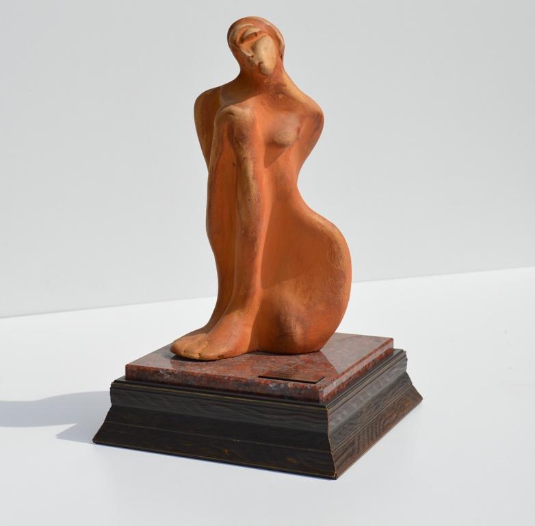 Figurina, skulptura sa drvenim i mermernim postamentom, terakota, 37 cm visoka, 2012., akademski slikar i vajar Dusan Rajsic, sertifikat, 80 eura