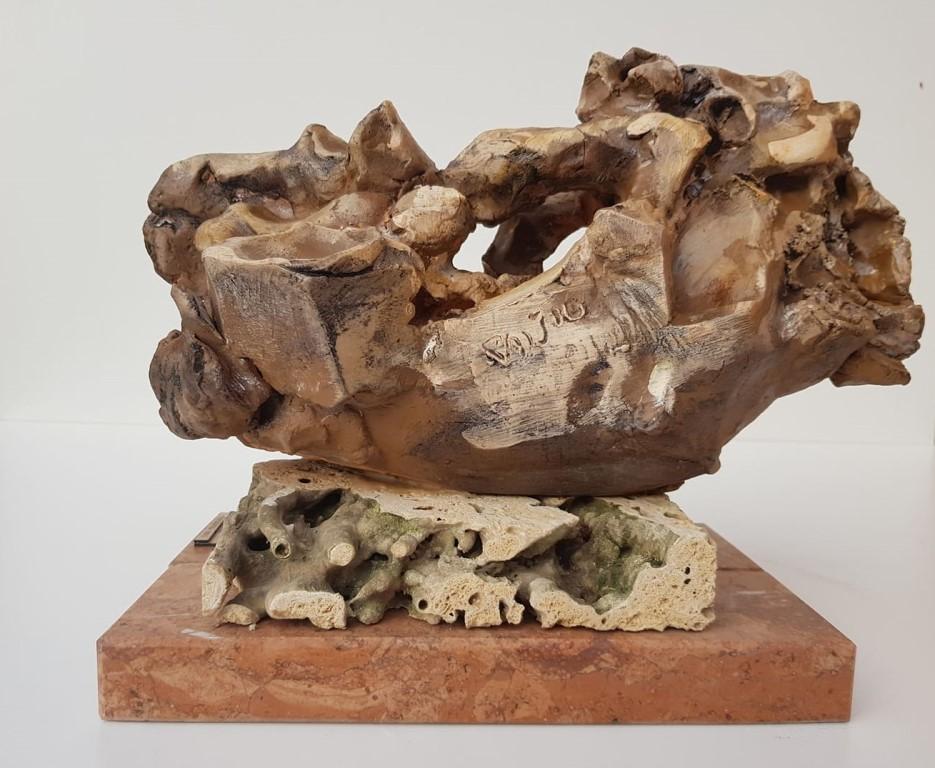 Konj 2, skulptura sa kamenim postamentom, patinirana puna  terakota, 16 cm visoka, akademski  vajar Dusan Rajsic, sertifikat, 90 eura